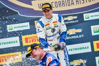 Daniel Serra joga champanhe em Rubens Barrichello no pódio do Velopark