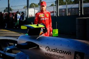 Sebastian Vettel, Ferrari osserva la Mercedes AMG F1 W10