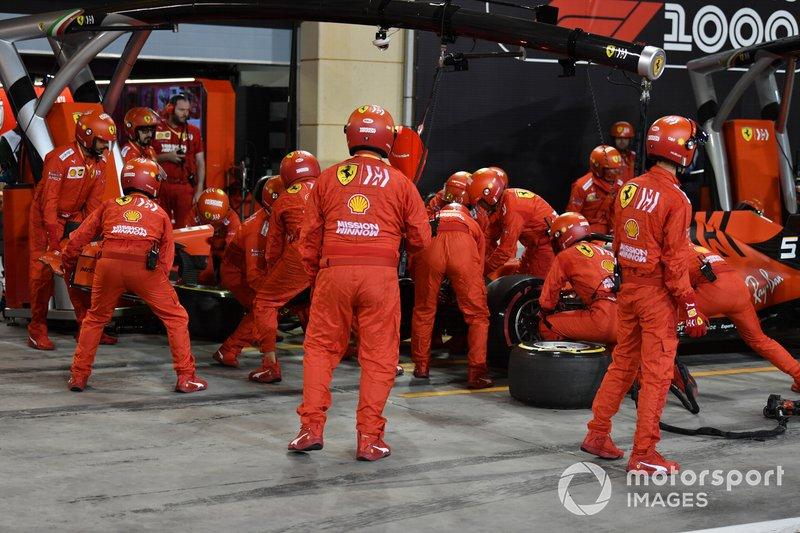 Sebastian Vettel, Ferrari SF90, hace una parada en boxes para sustituir su alerón delantero.