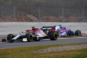 Antonio Giovinazzi, Alfa Romeo Racing C38 passes Alex Albon, Scuderia Toro Rosso STR14 stopped on track after spinning