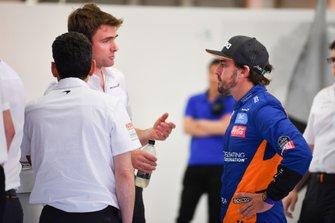 Fernando Alonso, McLaren, talks to the team