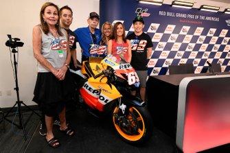 La familia de Hayden con la moto ganadora del campeonato de 2006