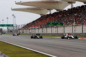 Kimi Raikkonen, Alfa Romeo Racing C38, voor Kevin Magnussen, Haas F1 Team VF-19