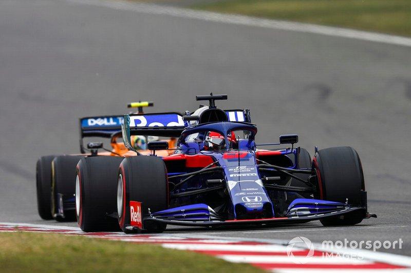Daniil Kvyat, Toro Rosso STR14, y Lando Norris, McLaren MCL34