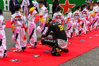Daniel Ricciardo, Renault, on the grid with the Grid Kid mascots