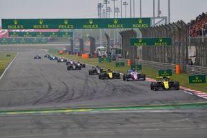 Daniel Ricciardo, Renault F1 Team R.S.19, precede Sergio Perez, Racing Point RP19, Nico Hulkenberg, Renault F1 Team R.S. 19, e Romain Grosjean, Haas F1 Team VF-19