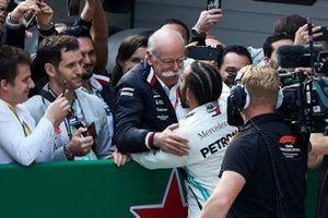 Lewis Hamilton, Mercedes AMG F1, vainqueur,avec le Dr Dieter Zetsche, PDG, Mercedes Benz, et toute l'équipe Mercedes dans le Parc Fermé