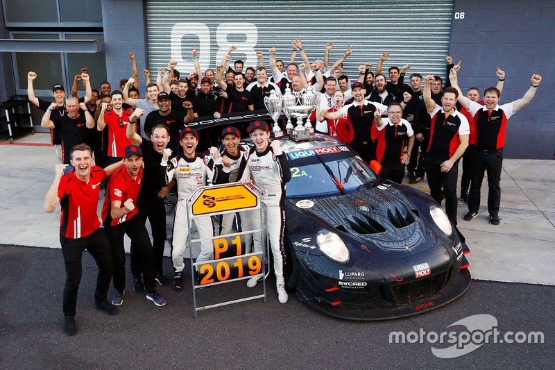 Les vainqueurs #912 EBM Porsche 911 GT3-R: Dirk Werner, Dennis Olsen, Matt Campbell with Earl Bamber, EBM and team members