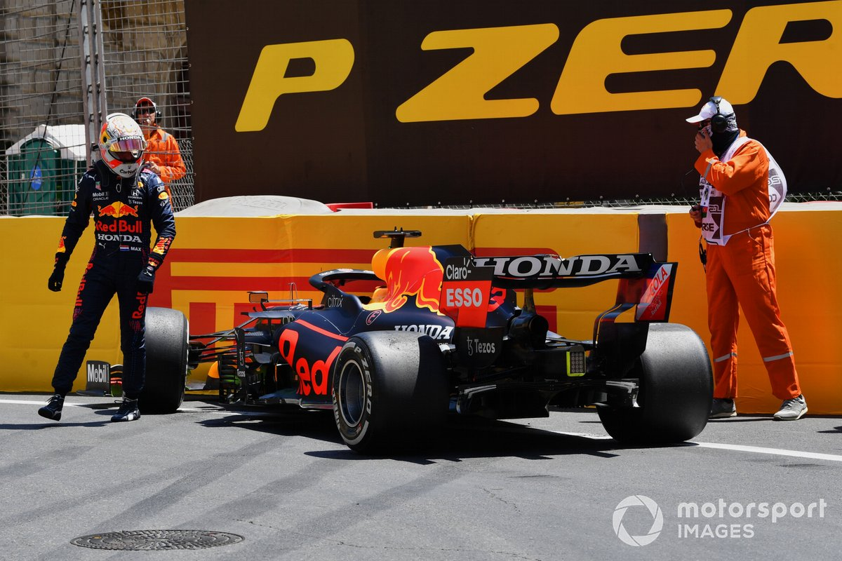 Los comisarios ayudan a Max Verstappen, Red Bull Racing RB16B, tras su accidente en la FP3