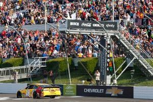 Kyle Busch, Joe Gibbs Racing, Toyota Camry M&M's Mini's checkered flag