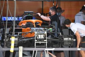 Gros plan sur l'avant d'une McLaren MCL35M