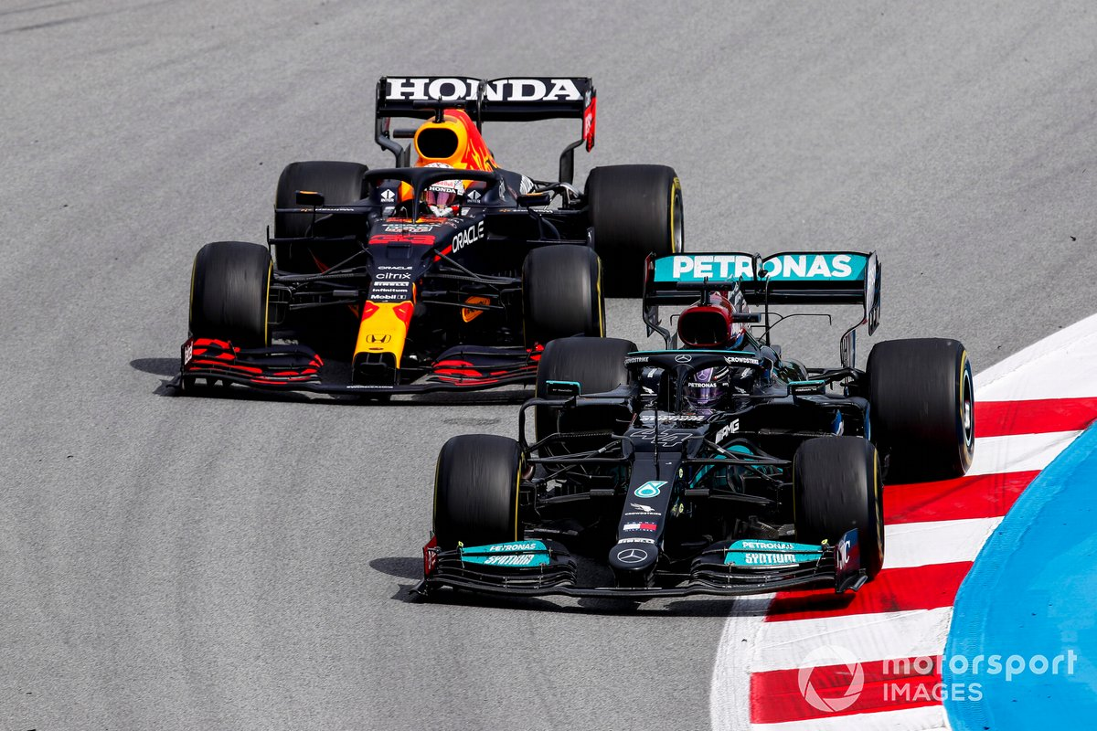 Lewis Hamilton, Mercedes W12 e Max Verstappen, Red Bull Racing RB16B