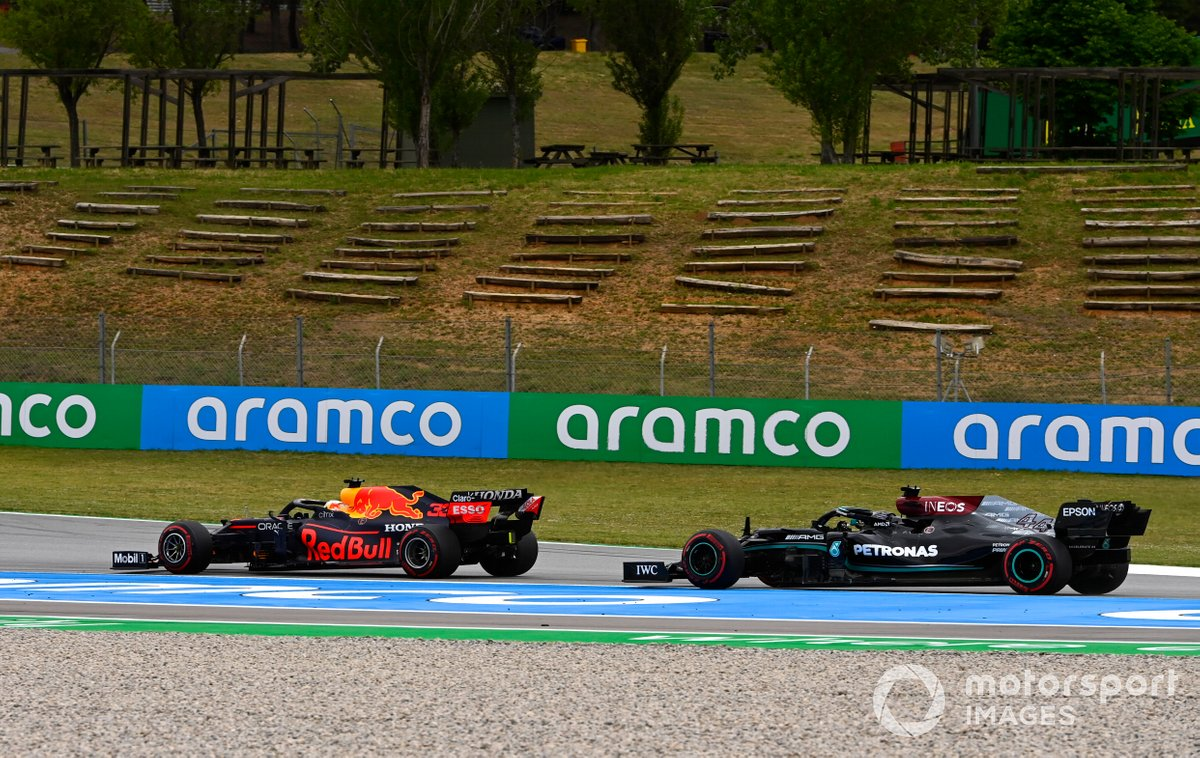 Max Verstappen, Red Bull Racing RB16B pasa a Lewis Hamilton, Mercedes W12
