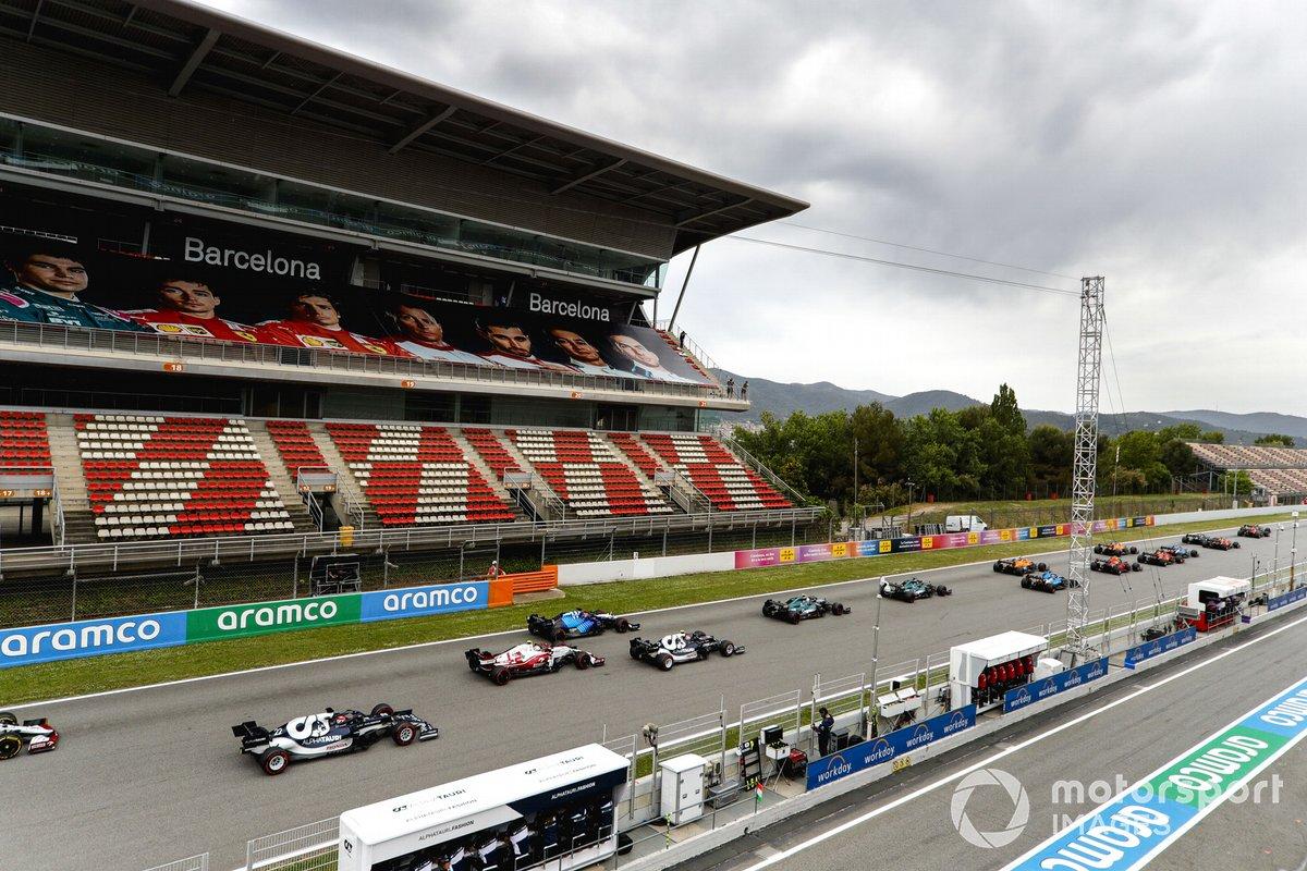Lewis Hamilton, Mercedes W12, Max Verstappen, Red Bull Racing RB16B, Valtteri Bottas, Mercedes W12, al inicio