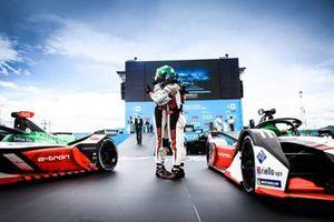 Le 2ᵉ Rene Rast, Audi Sport ABT Schaeffler, le vainqueur, Lucas Di Grassi, Audi Sport ABT Schaeffler, se félicitent dans le parc fermé