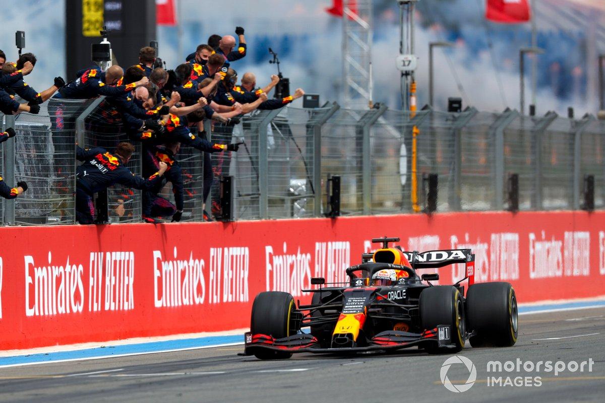 Il vincitore della gara Max Verstappen, Red Bull Racing RB16B taglia il traguardo per festeggiare la sua squadra
