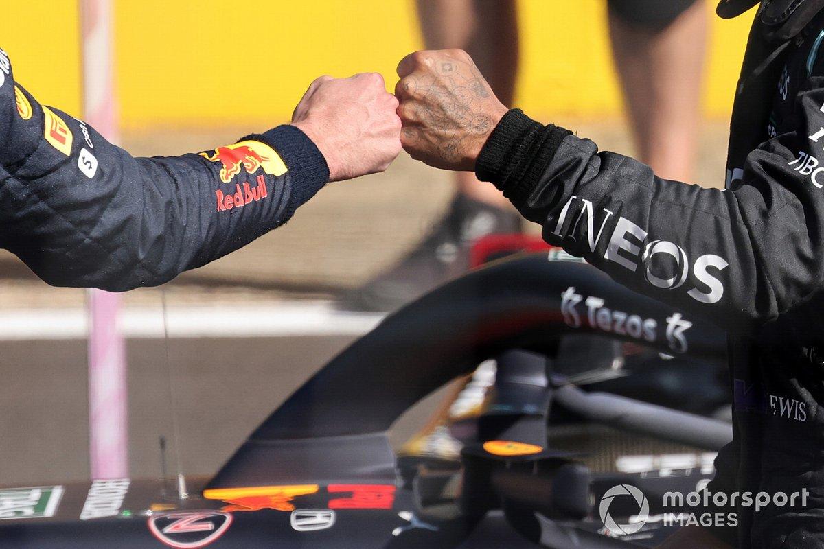 Los puños del primer lugar de la carrera Sprint Max Verstappen, Red Bull Racing y el segundo lugar Lewis Hamilton, Mercedes