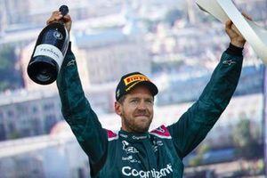 Sebastian Vettel, Aston Martin, 2° classificato, festeggia sul podio