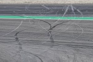 Reifenspuren auf dem Asphalt