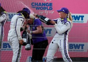 Podio: la veterana del automovilismo Annie Bradshaw, ganadora de la carrera Jamie Chadwick, tercer lugar Emma Kimilainen