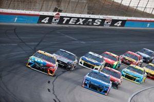 Kyle Larson, Hendrick Motorsports, Chevrolet Camaro HendrickCars.com, Kyle Busch, Joe Gibbs Racing, Toyota Camry M&M's Summering