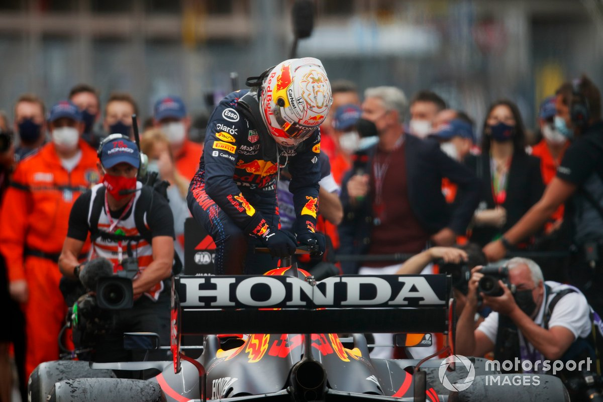 Ganador de la carrera Max Verstappen, Red Bull Racing, celebra en Parc Ferme