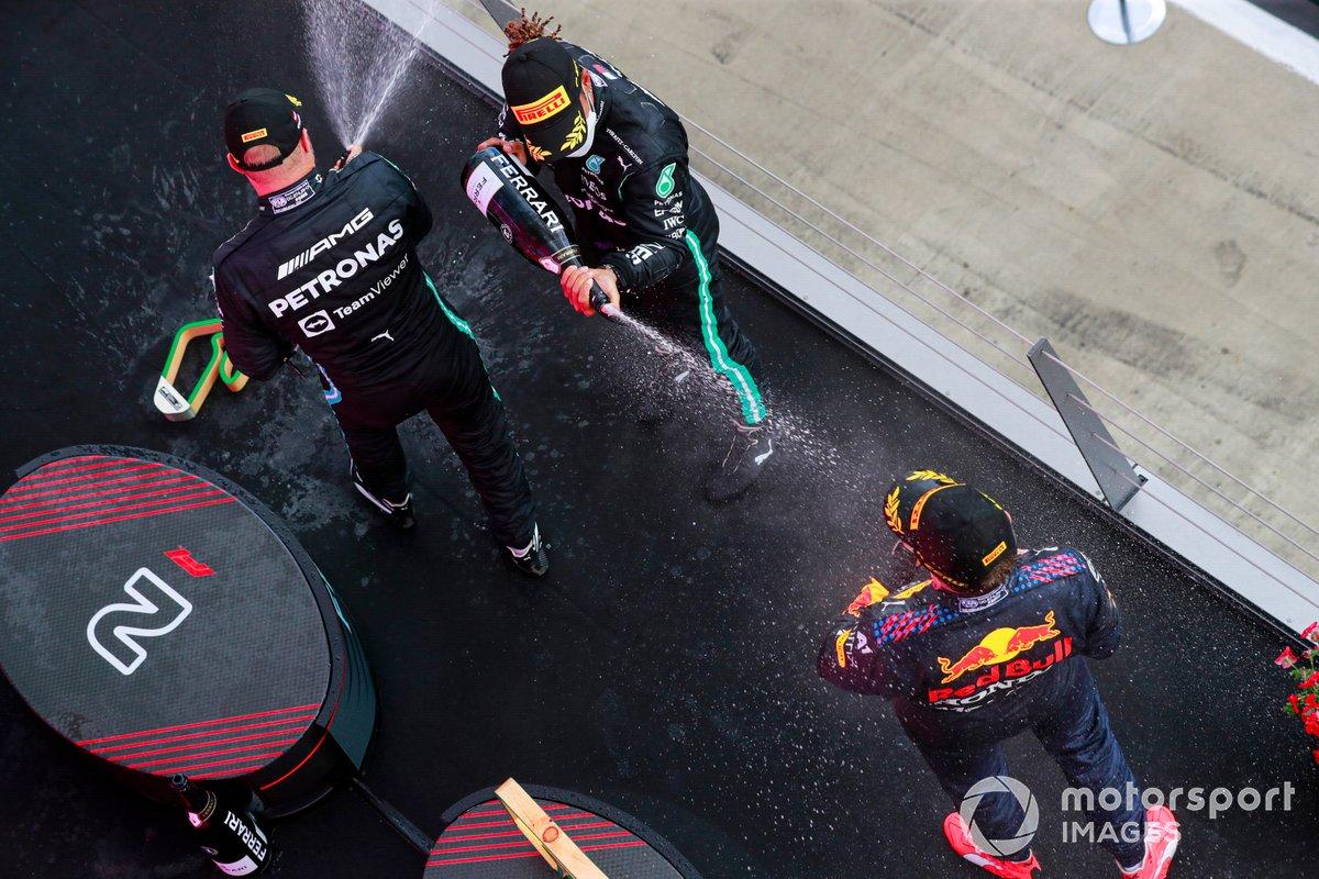 Podio: ganador de la carrera Max Verstappen, segundo lugar Lewis Hamilton, Mercedes, tercer lugar Valtteri Bottas, Mercedes