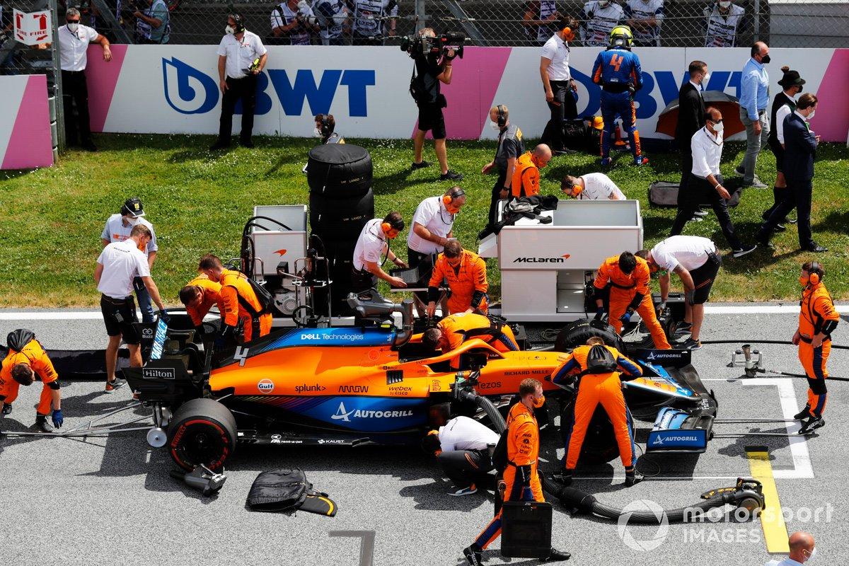 Lando Norris, McLaren, se prepara mientras su equipo prepara su coche en la parrilla
