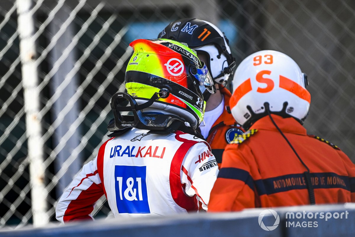 Mick Schumacher, Haas F1, Habla con un oficial de pista después de su incidente en la FP2