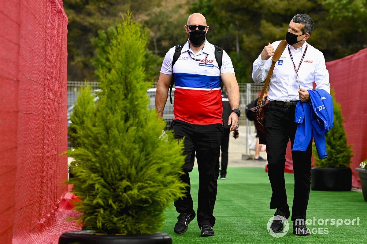 Stuart Morrison, jefe de prensa de Haas F1 Team y Guenther Steiner, Team Principal, Haas F1
