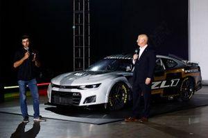 El piloto de Nascar Chase Elliott y Eric Warren, Director de Programas de NASCAR, Director General