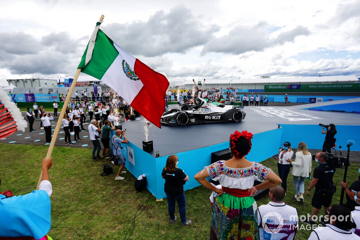 Edoardo Mortara, Venturi Racing, terzo classificato, festeggia nel Parco Chiuso