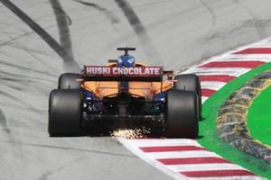 Daniel Ricciardo, McLaren MCL35M, fait quelques étincelles