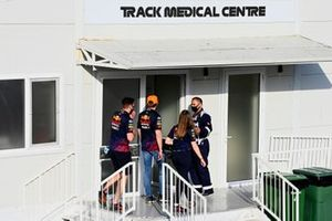 Max Verstappen, Red Bull Racing, si dirige verso il Medical Centre