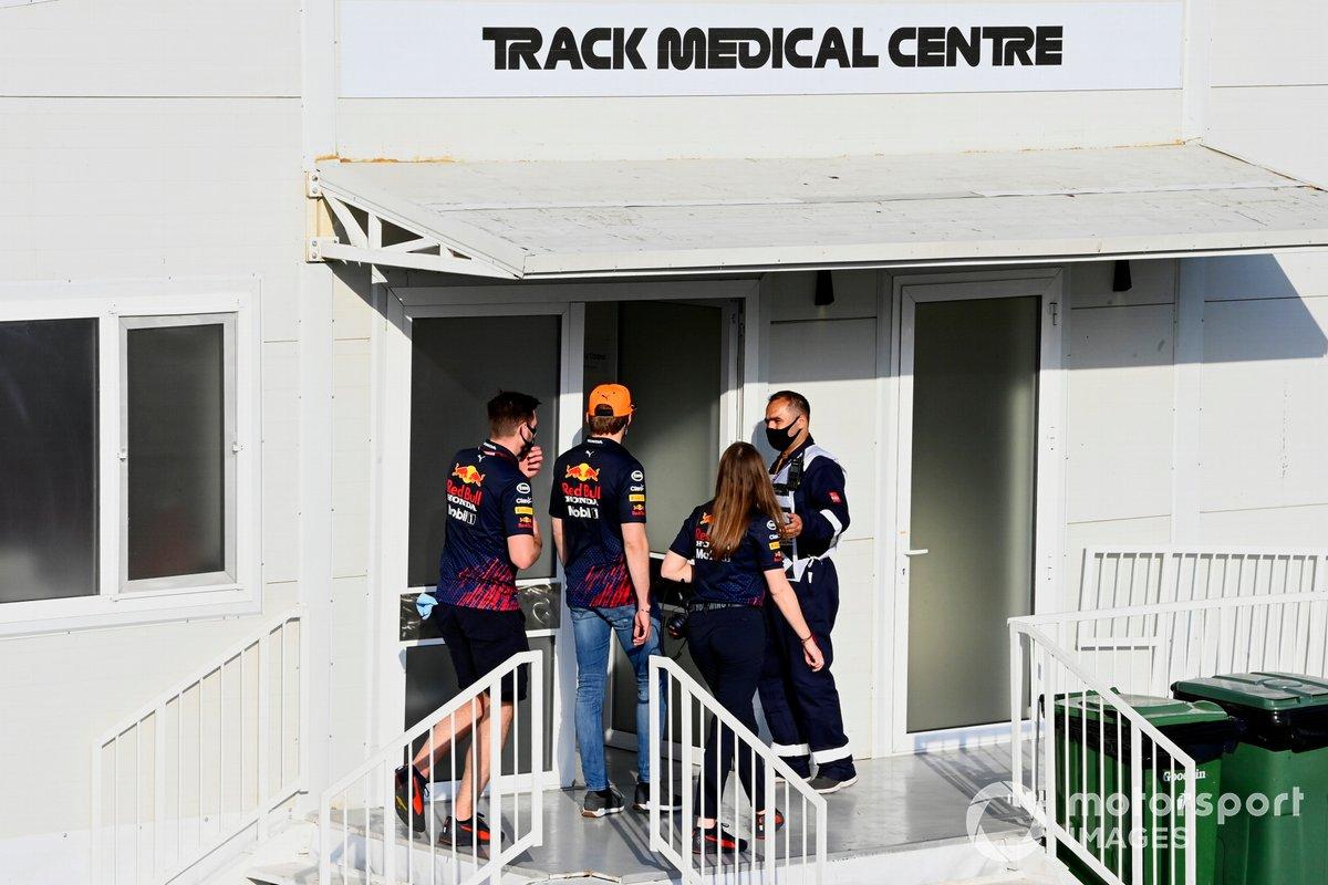 Max Verstappen, de Red Bull Racing, se dirige al Centro Médico
