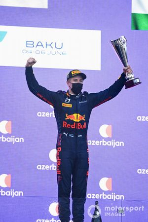 Juri Vips, Hitech Grand Prix, 1st position, with his trophy
