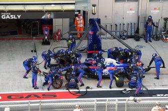 Daniil Kvyat, Toro Rosso STR14, makes a pit stop