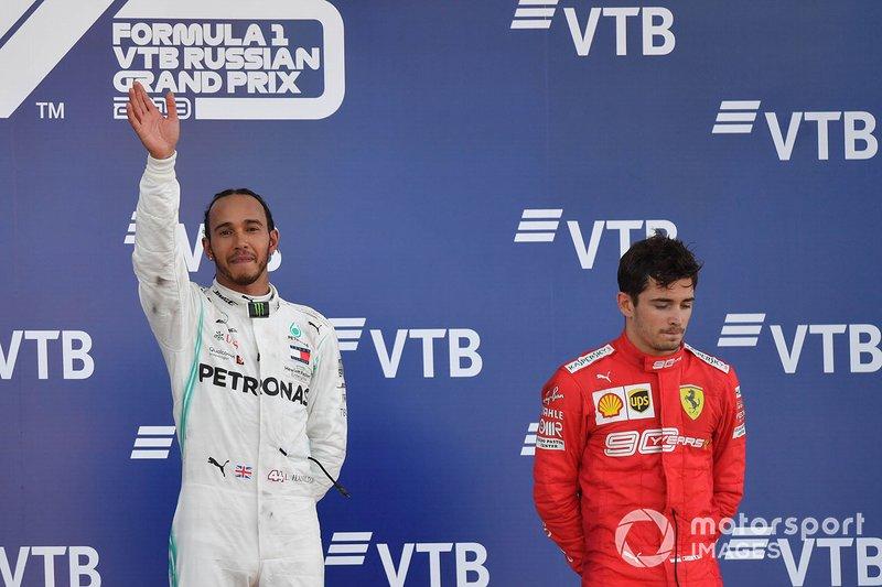 Lewis Hamilton, Mercedes AMG F1, 1st position, e Charles Leclerc, Ferrari, terzo classificato, sul podio