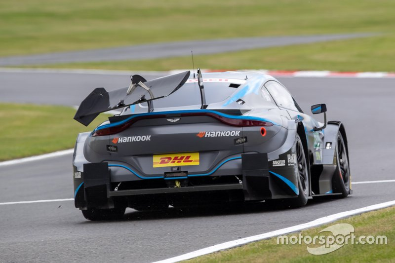 Jake Dennis, R-Motorsport, Aston Martin Vantage AMR met een kapotte achtervleugel