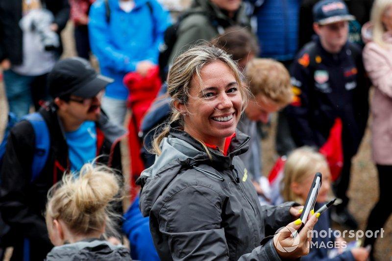 Shea Holbrook en la sesión de autógrafos de las pilotos
