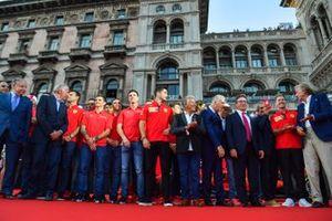 Charles Leclerc, Ferrari, Mario Andretti y Piero Lardi Ferrari se encuentran entre los pilotos de la Ferrari Academy y los ex pilotos de F1 y el personal del equipo