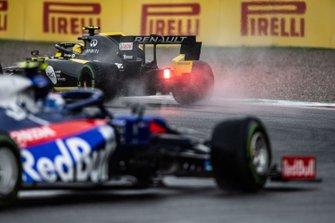 Nico Hulkenberg, Renault F1 Team R.S. 19, leads Pierre Gasly, Toro Rosso STR14
