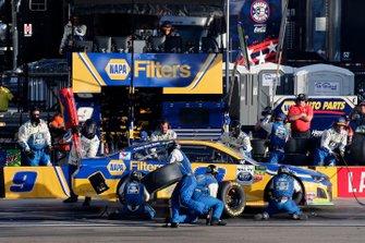 Chase Elliott, Hendrick Motorsports, Chevrolet Camaro NAPA Filters pit stop