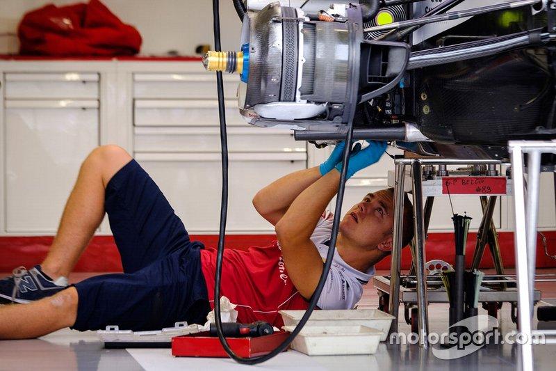 Механик команды Alfa Romeo Racing