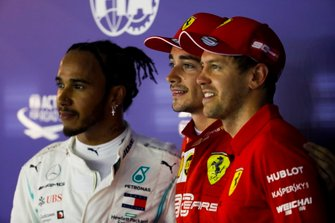 Lewis Hamilton, Mercedes AMG F1, le poleman Charles Leclerc, Ferrari et Sebastian Vettel, Ferrari dans le parc fermé