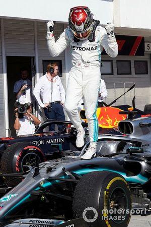 Il primo classificato Lewis Hamilton, Mercedes AMG F1, festeggia al Parc Ferme