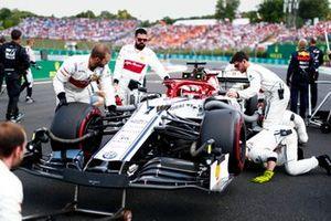 Kimi Raikkonen, Alfa Romeo Racing C38, sur la grille avec les mécaniciens