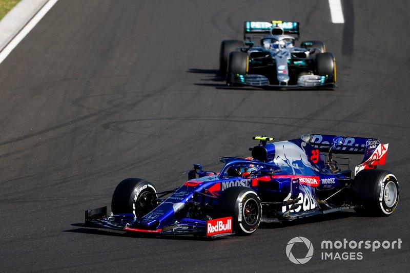 Alexander Albon, Toro Rosso STR14, precede Valtteri Bottas, Mercedes AMG W10