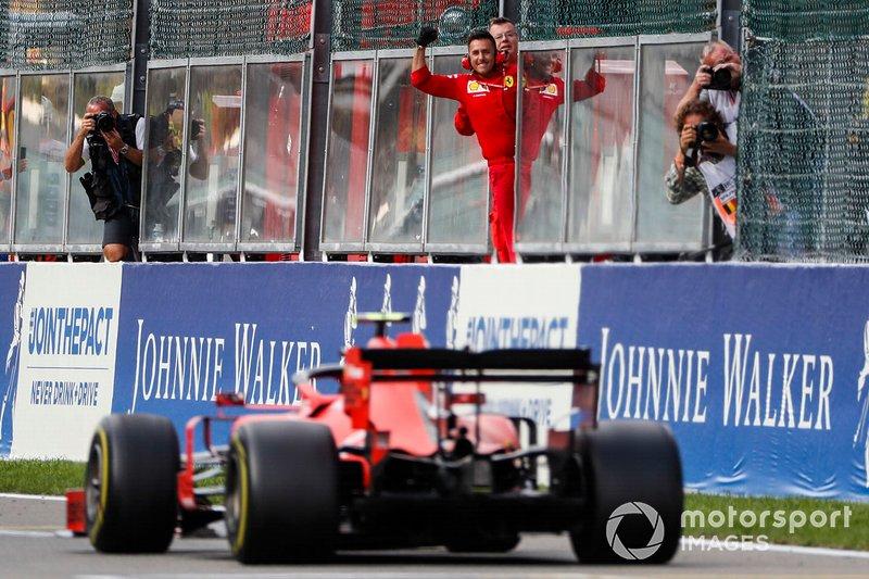 Charles Leclerc, Ferrari SF90, riceve le congratulazioni dal suo team alla fine della gara
