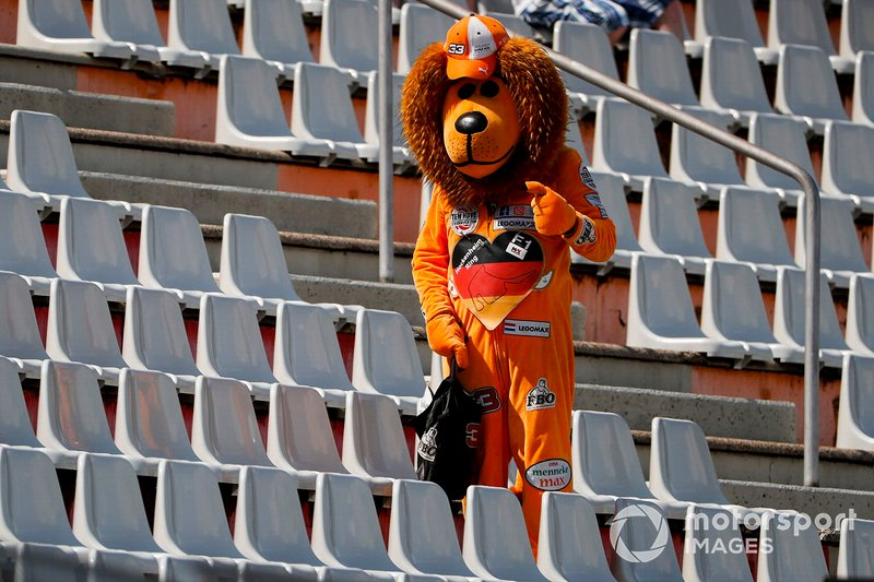 A Max Verstappen fan in a Lion suit